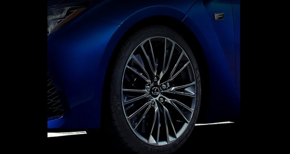 Lexus показал тизер новой «заряженной» модели